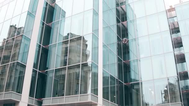 Zkreslený odraz starých budov v moderní skleněnou fasádou office centra v Paříži. Staré a nové, protiklady koncepty. 4 k steadicam video