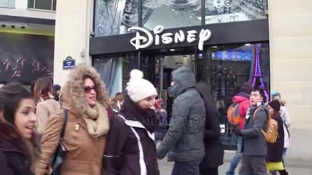 Parigi, Francia - 31 dicembre 2016. Steadicam colpo di Disney memoria sulla famosa francese Champs-Elysees street. video 4K