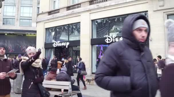 Parigi, Francia - 31 dicembre 2016. Steadicam colpo di Disney memoria sulla famosa francese Champs-Elysees street. 4 clip di k