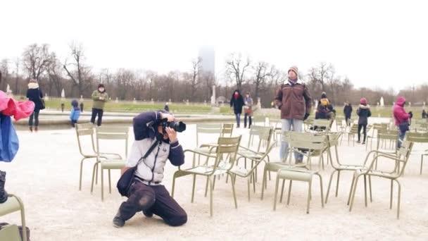 Paříž, Francie - 31 prosinec 2016. Asijská svatební fotograf v práci. Čínský pár pózuje v pařížském parku. 4 k steadicam shot