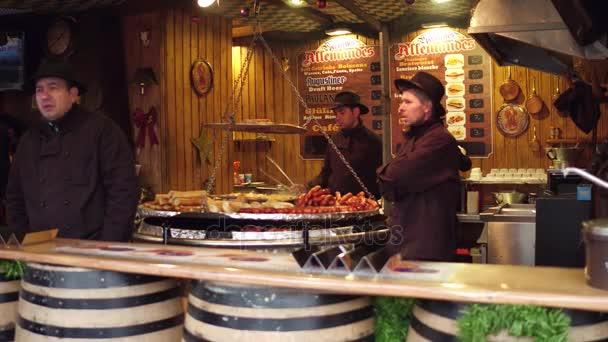 Paříž, Francie - 31 prosinec 2016. Vánoční a novoroční trh fastfood kabiny dodavatelů. Uzenky, salámy a hotdogs vařené. 4k snímku
