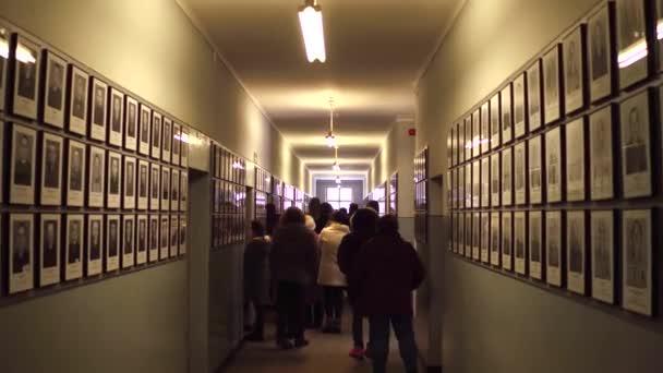 Oswiencim, Polsko - 14 ledna 2017 Steadicam zastřelil Komentovaná prohlídka a portrétů obětí Auschwitz Birkenau. Německý nacistický koncentrační a vyhlazovací tábor. 4k video
