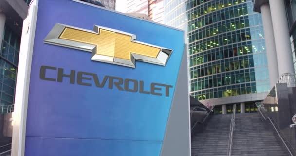 Pouliční nápisy deska s logem Chevrolet. Moderní kancelářské centrum mrakodrap a schody pozadí. Redakční 3d vykreslování 4k