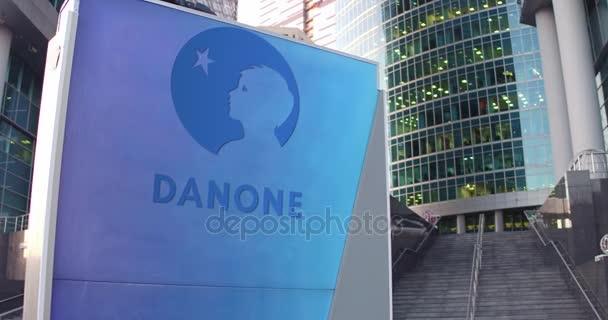 Pouliční nápisy deska s logem Danone. Moderní kancelářské centrum mrakodrap a schody pozadí. Redakční 3d vykreslování 4k
