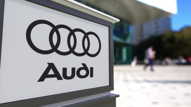 Pouliční nápisy deska s logem Audi. Centrum rozmazané office a chodící lidé pozadí. Redakční 3d vykreslování 4k