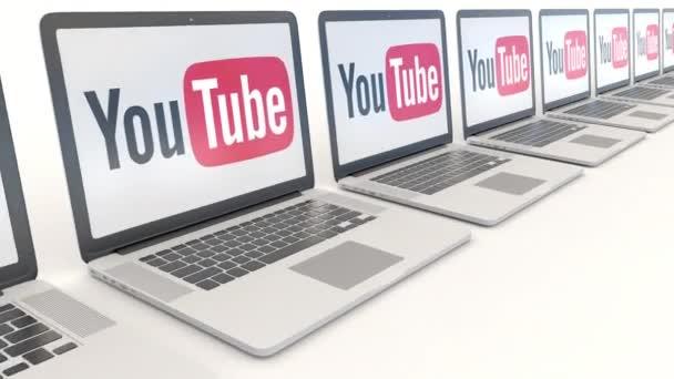 Moderní notebooky s Youtube logo. Počítač technika koncepční redakční 4k klip, bezešvé smyčka