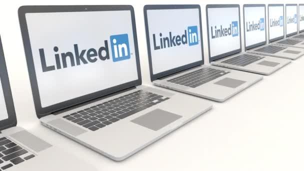 Moderní notebooky s Linkedin logo. Počítač technika koncepční redakční 4k klip, bezešvé smyčka