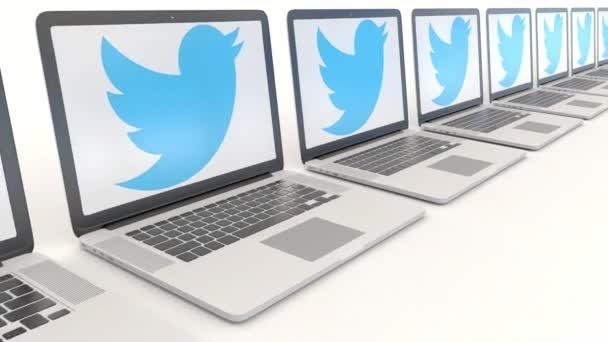 Moderní notebooky s Twitter, Inc. logo. Počítač technika koncepční redakční 4k klip, bezešvé smyčka