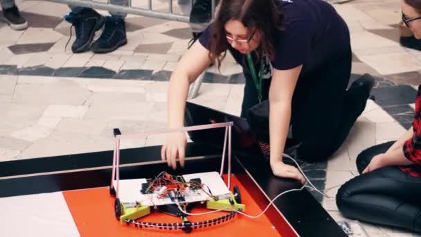 Varšava, Polsko - 4 března 2017. DIY robot a mladé ženské účastník soutěže robotiky. 4k snímku