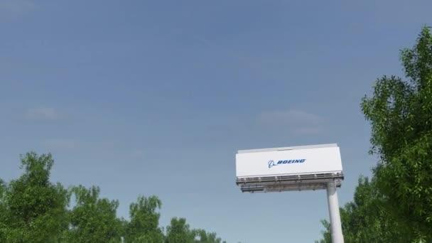 Směřování k reklamní billboard s logem Boeing společnosti. Redakční 3d vykreslování 4 k klip