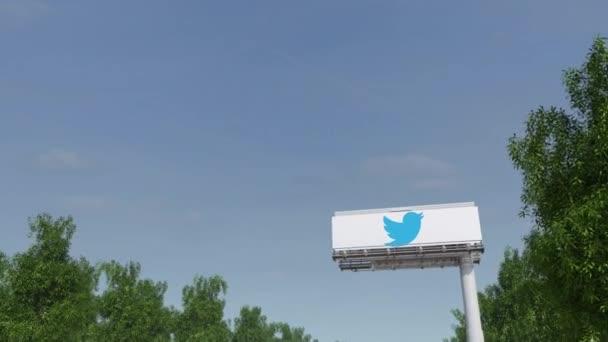 Směřování k reklamní billboard s Twitter, Inc. logo. Redakční 3d vykreslování 4 k klip