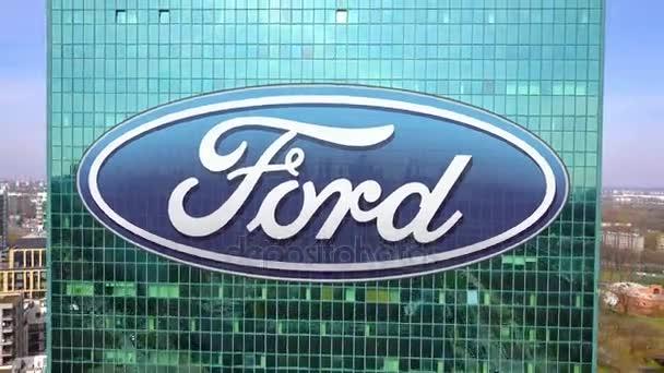 Letecký snímek mrakodrap s logem Ford Motor Company. Moderní kancelářská budova. Redakční 3d vykreslování 4 k klip