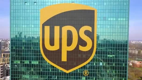 Photo aérienne de gratte ciel de bureau avec logo united parcel