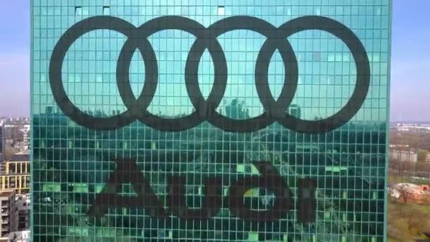 Letecký snímek mrakodrap s logem Audi. Moderní kancelářská budova. Redakční 3d vykreslování 4 k klip
