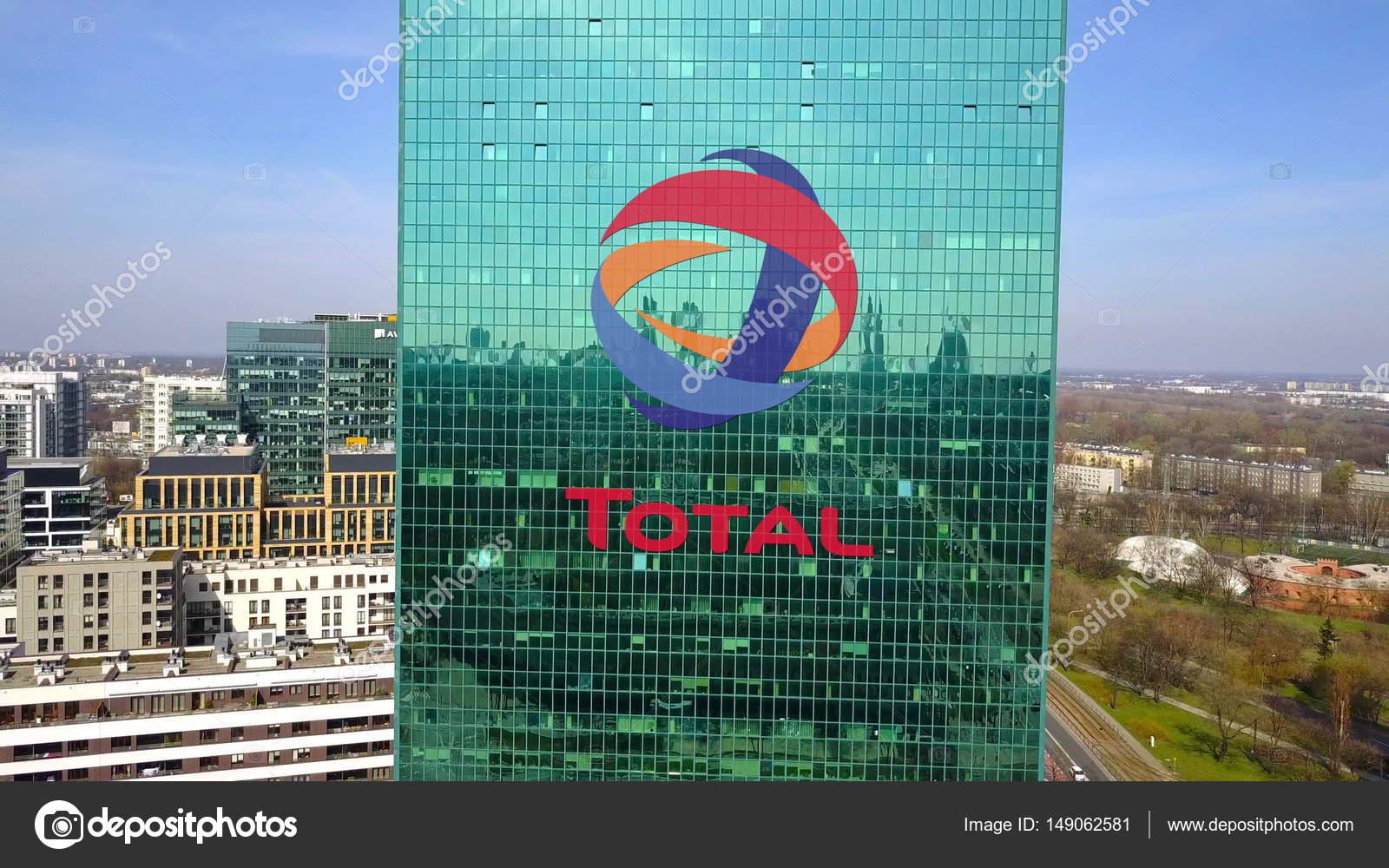 Photo aérienne de gratte ciel de bureau avec logo de total s.a.