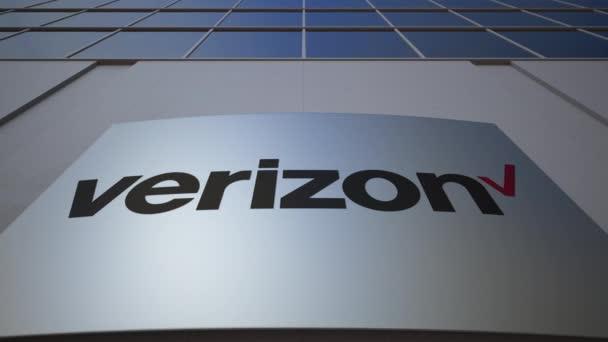 Venkovní značení deska s logem Verizon Communications. Moderní kancelářská budova. Úvodník 3d vykreslování