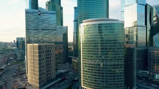 Ufficio K : Ripresa aerea di riflettente ufficio grattacieli e traffico