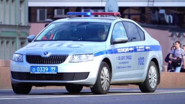 Moskva, Rusko - 11. června 2017. Ruské silnice policejní Škoda Octavia policejní auto s světelná lišta na