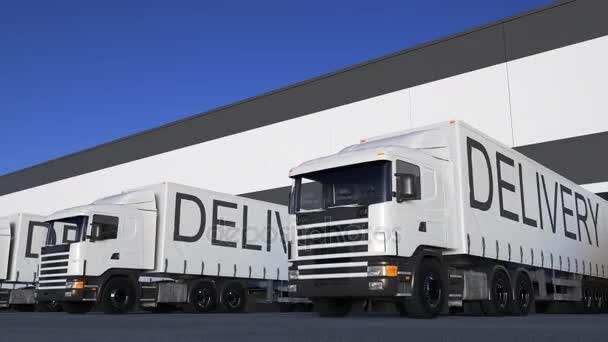 Rychlost nákladní semi truck s dodání titulek na naložení přívěsu, nebo vykládání. Silniční nákladní doprava. Bezešvá smyčka 4k klip