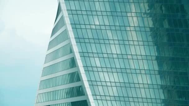 Věžové jeřáby na stavbě mrakodrapu moderní kancelář
