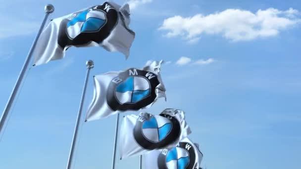 Vlající vlajky s logem Bmw proti obloze, bezešvé smyčka. 4 k redakční animace