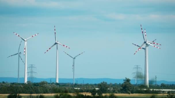 Windgeneratoren und elektrische Strommasten