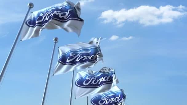 Vlající vlajky s logem Ford proti obloze, bezešvé smyčka. 4 k redakční animace