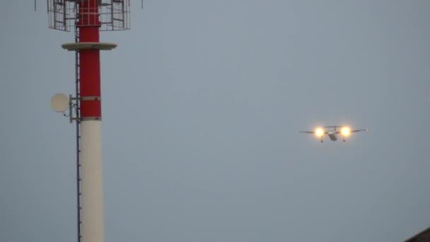 Turbovrtulová letadla komerční letadlo přistávající na letišti v večer