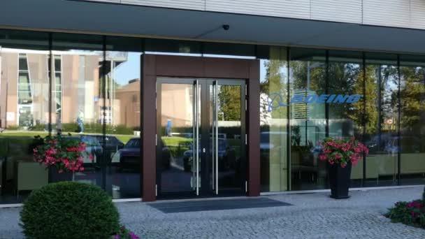 Skleněné štítové průčelí moderní kancelářská budova s logem Boeing společnosti. Úvodník 3d vykreslování