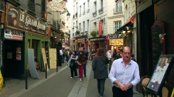 Paříž, Francie – 7. října 2017. POV pěšky podél pařížské Restaurace v turistické místo. Rue Saint Severin je jednou z nejstarších ulic citys