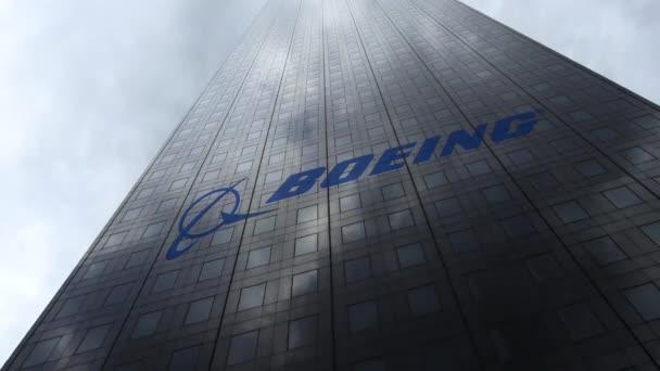Logo společnosti Boeing na mrakodrap fasádu odrážející mraky, časová prodleva. Úvodník 3d vykreslování