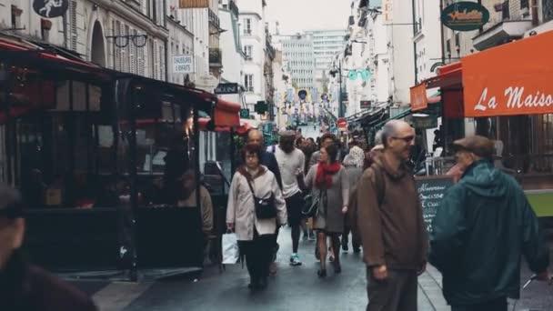 Paříž, Francie – 7. října 2017. Rušné Pařížské ulice plné kaváren na podzimní den