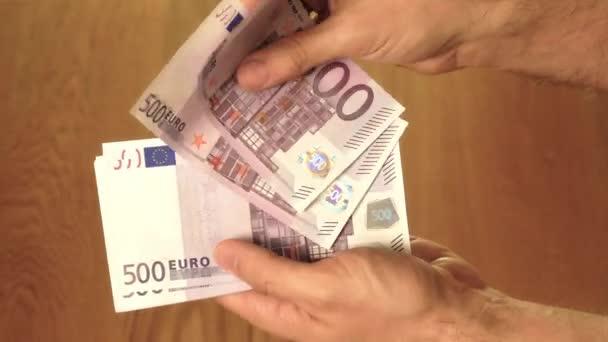 Muž, počítání pět set euro bankovek. Úspory, plat nebo výdaje pojmy