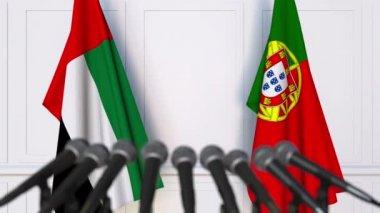 Zászlók, Egyesült Arab Emírségek és Portugália nemzetközi értekezlet vagy a tárgyalások során a sajtótájékoztatón