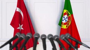 Sajtótájékoztatón nemzetközi értekezlet vagy tárgyalások Törökország és Portugália zászlói