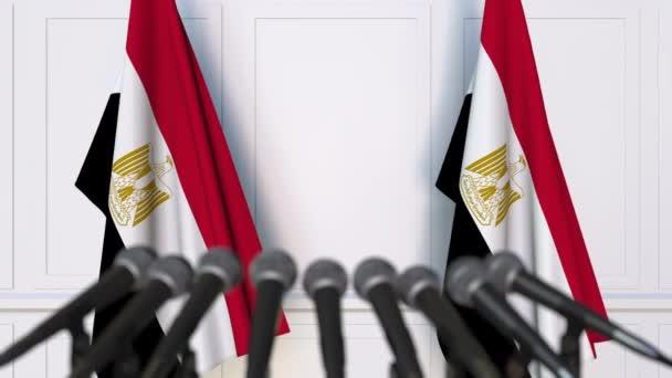 Egyptská oficiální tiskové konference. Vlajky z Egypta a mikrofony. Konceptuální animace