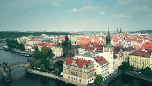 Letecký pohled na Prahu z řeky Vltavy, Česká republika