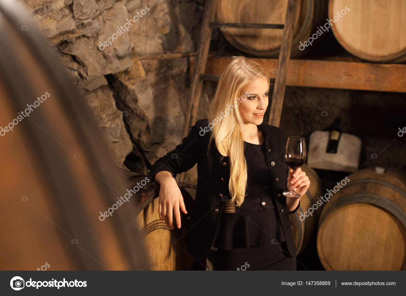 Сексуальная Блондинка В Винном Погребе
