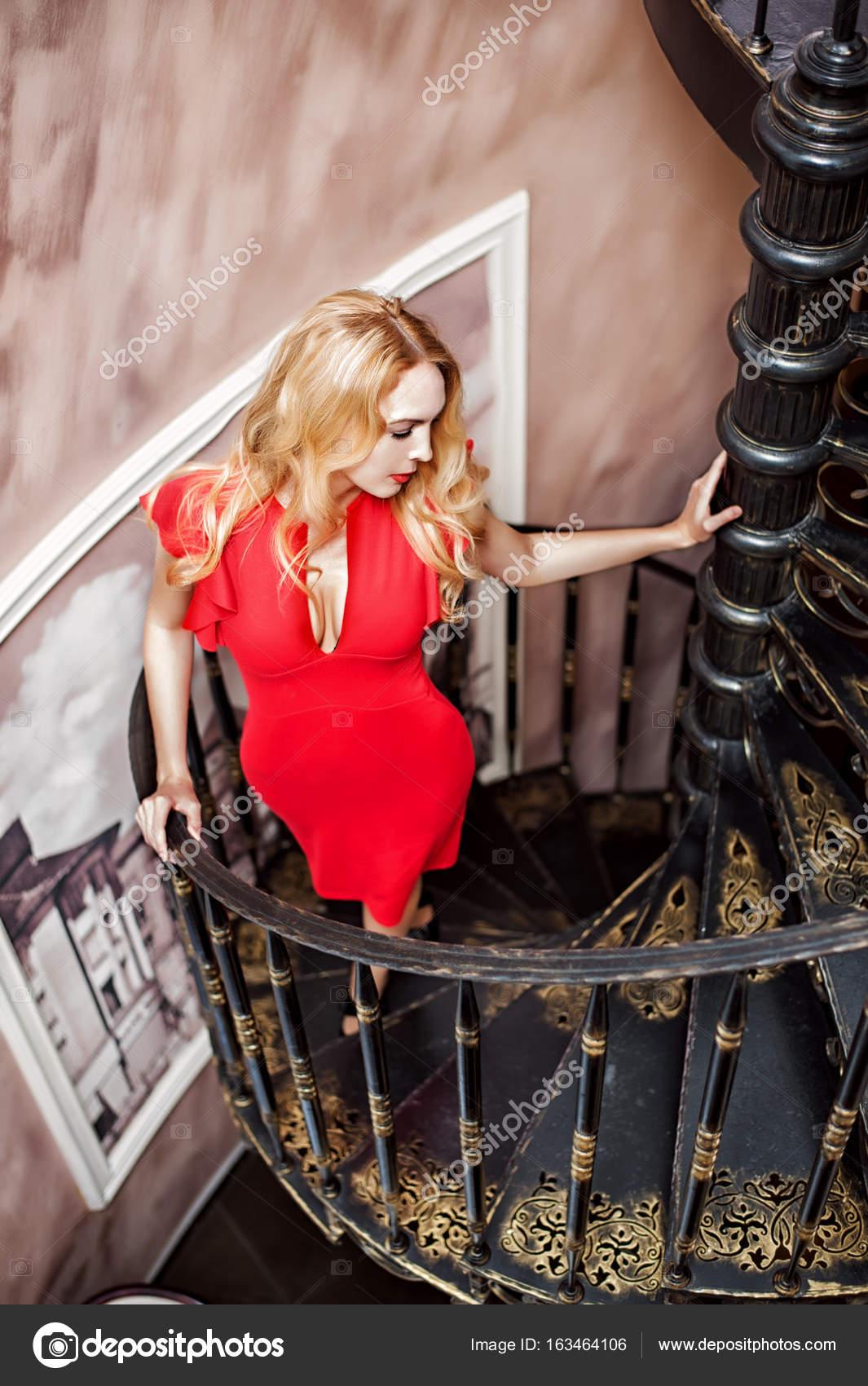 Отлизала подружке секс с длинной блондинкой на лестнице разных мелодий смотреть