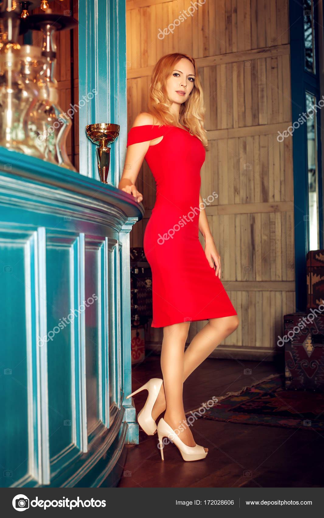 a779b5919aa1aa Prachtige blond meisje - model - in rode jurk hoge hakken en lange —  Stockfoto
