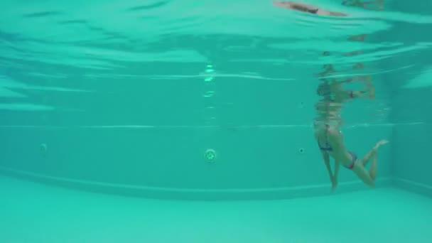 Schoonheid jonge vrouw onderwater zwemmen openlucht for Zwembad aanschaffen