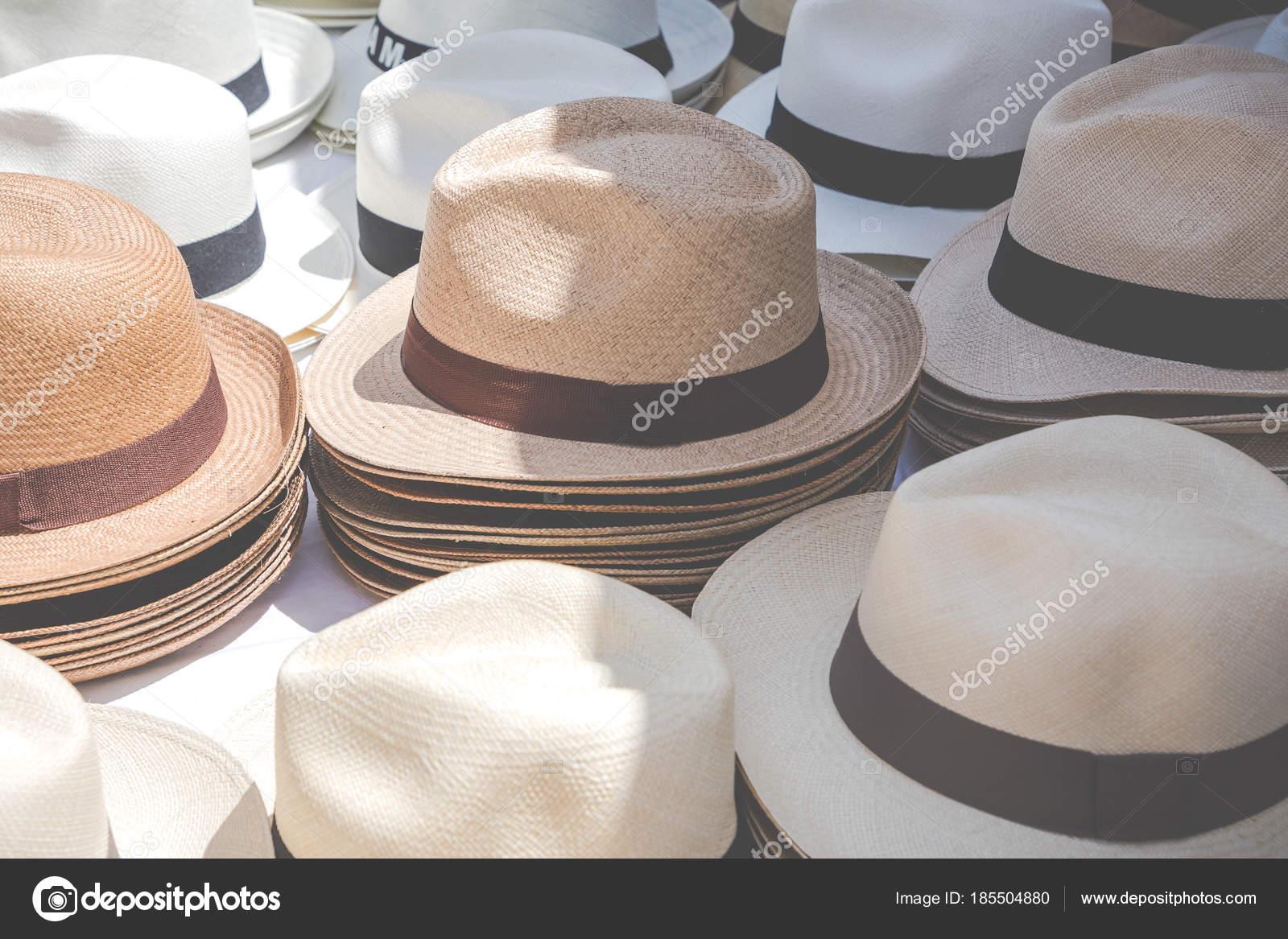 Sombreros de Panamá hechos a mano en el tradicional mercado al aire libre.  Popular — 1efd8e7fb89