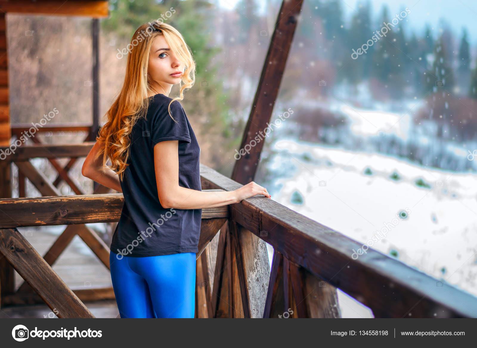 Ragazza con capelli ricci biondi lunghi inverno sotto il for Piani di casa 1000 piedi quadrati o meno