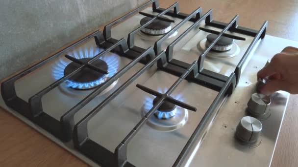 Herd aus Stahl oder Eisen, Kochflamme. Hand-Erdgas-Entzündung
