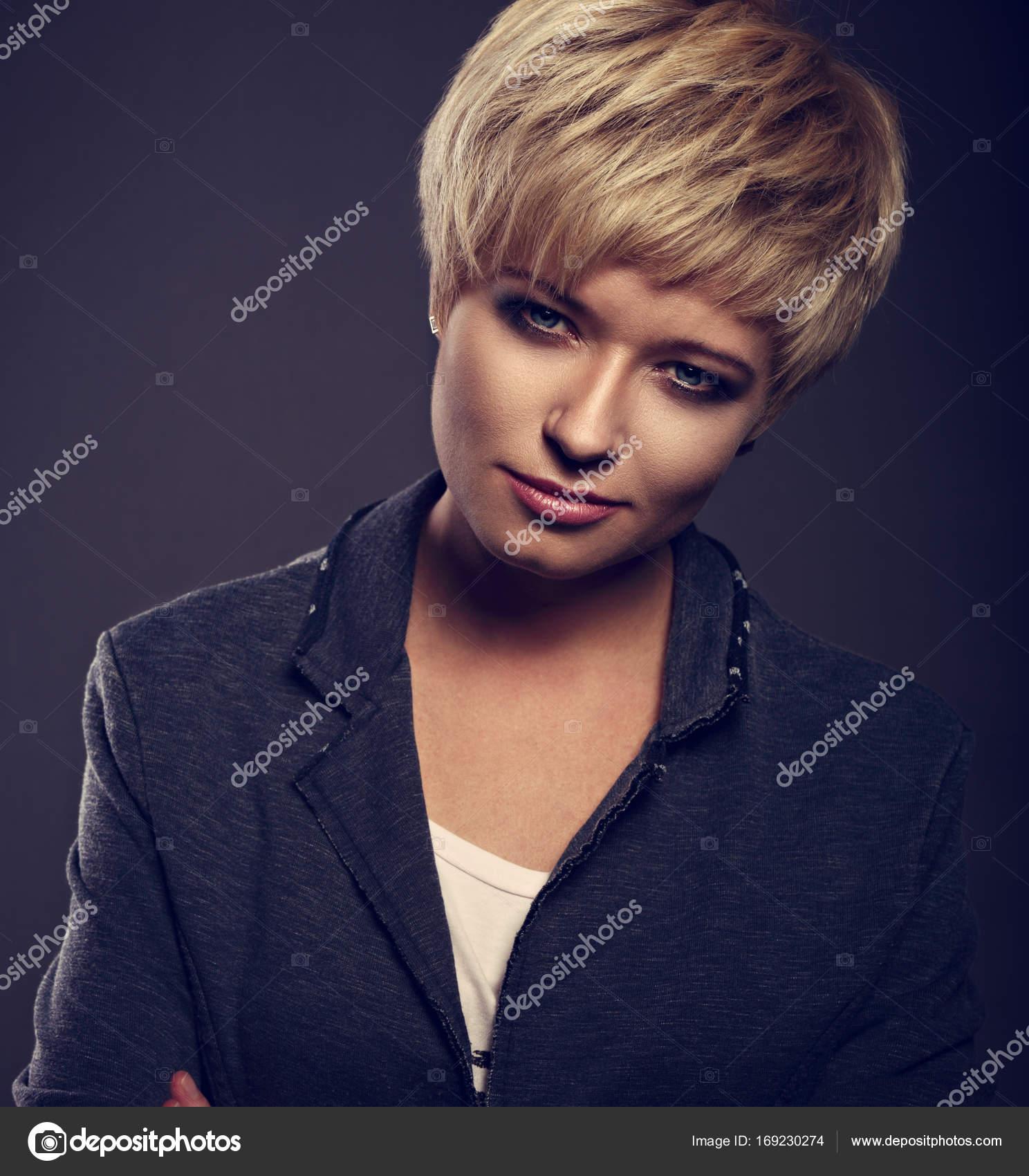 Kobieta Piękna Poważna Sprawa Z Krótkie Fryzury Bob Blond