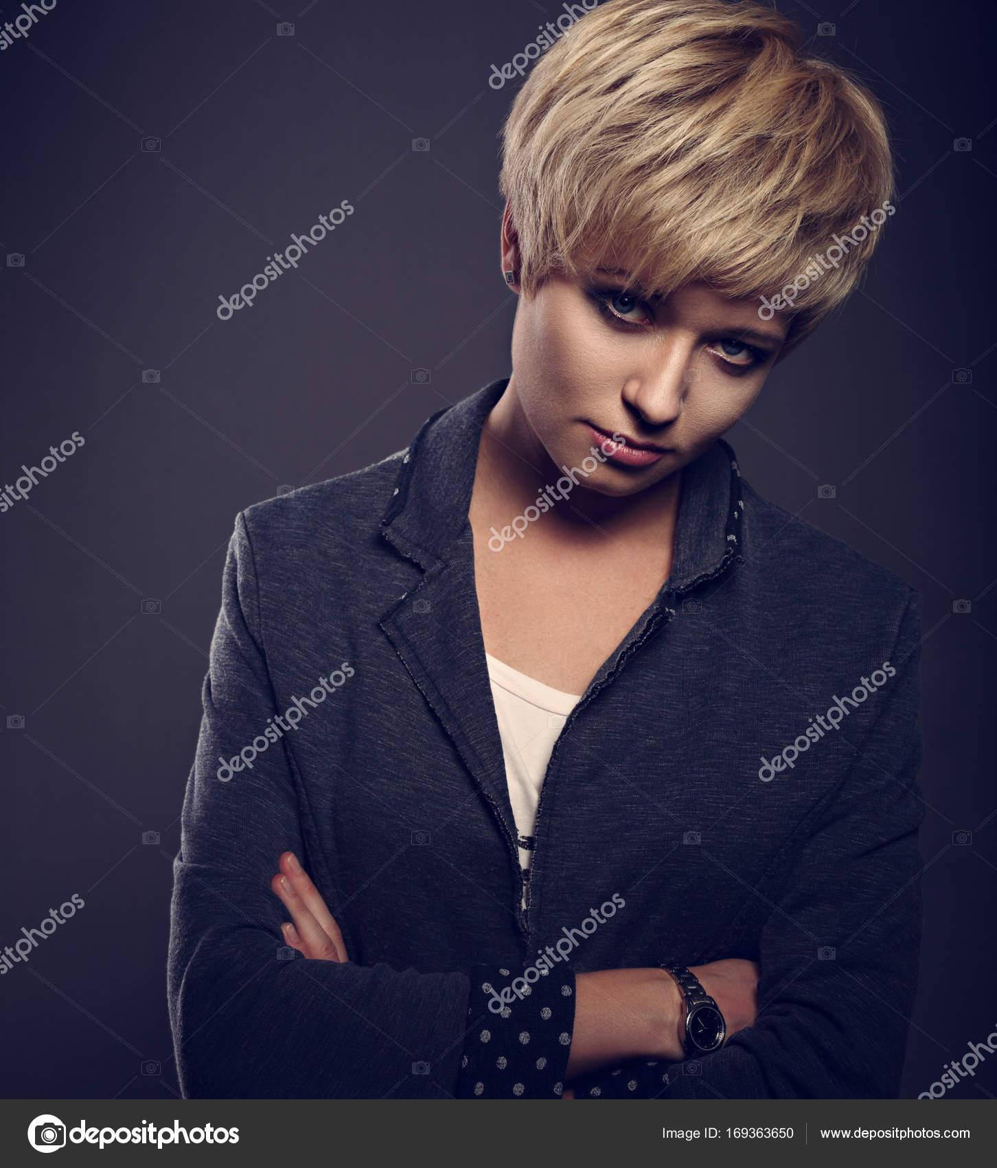 Piękne Kobiety Zarozumiały Z Krótkie Fryzury Bob Blond W Fas
