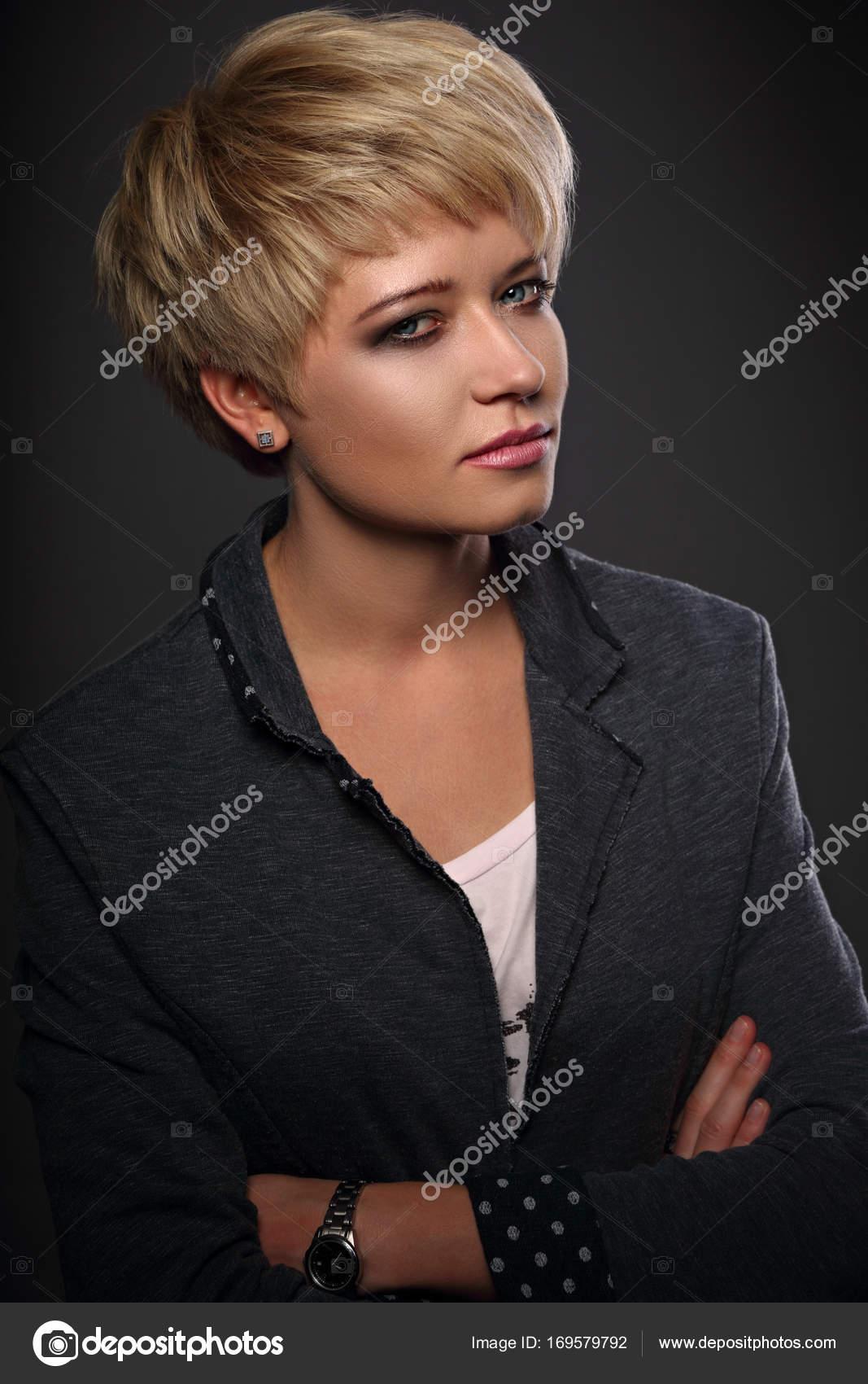 Kobieta Piękna Poważna Sprawa Z Blond Fryzury Bob Krótki Zdjęcie