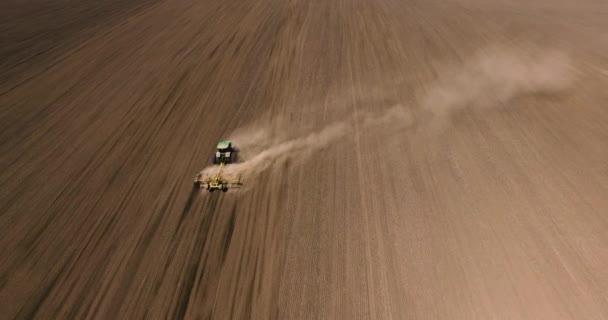 Letecký pohled na traktoru na poli sklizně na Ukrajině