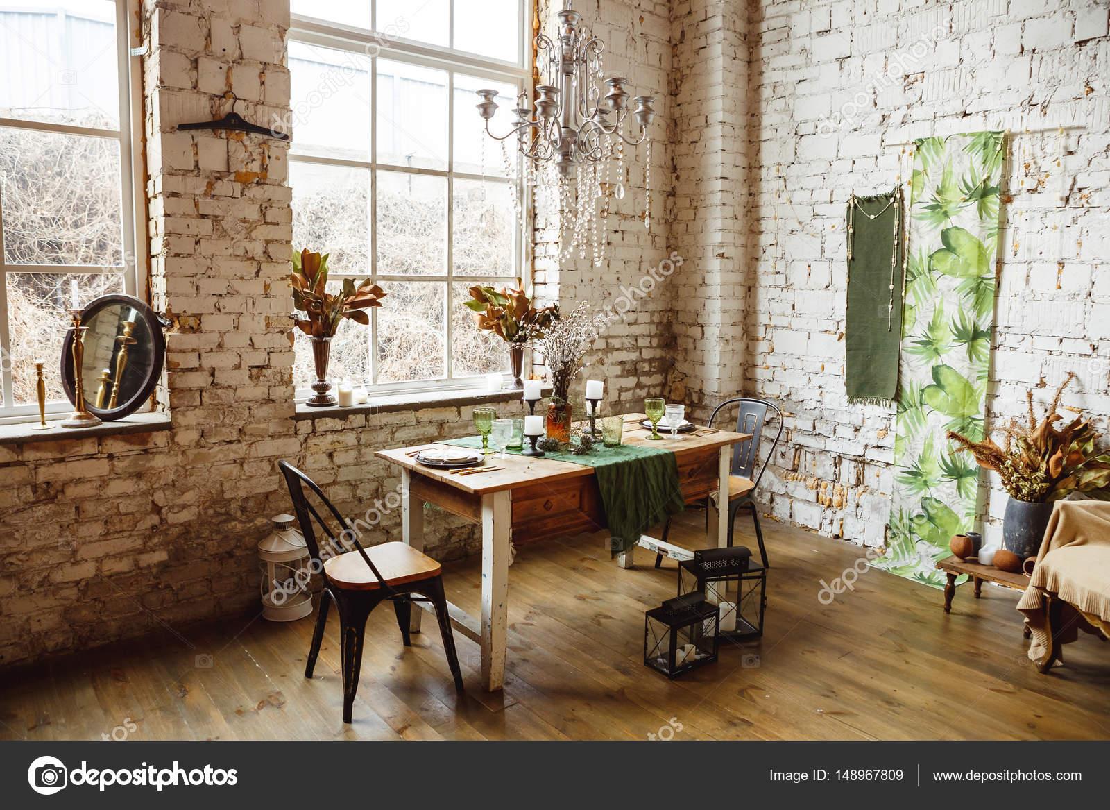 Loft-Interieur mit Mauer, Tisch und Stühlen — Stockfoto © kotelnyk ...