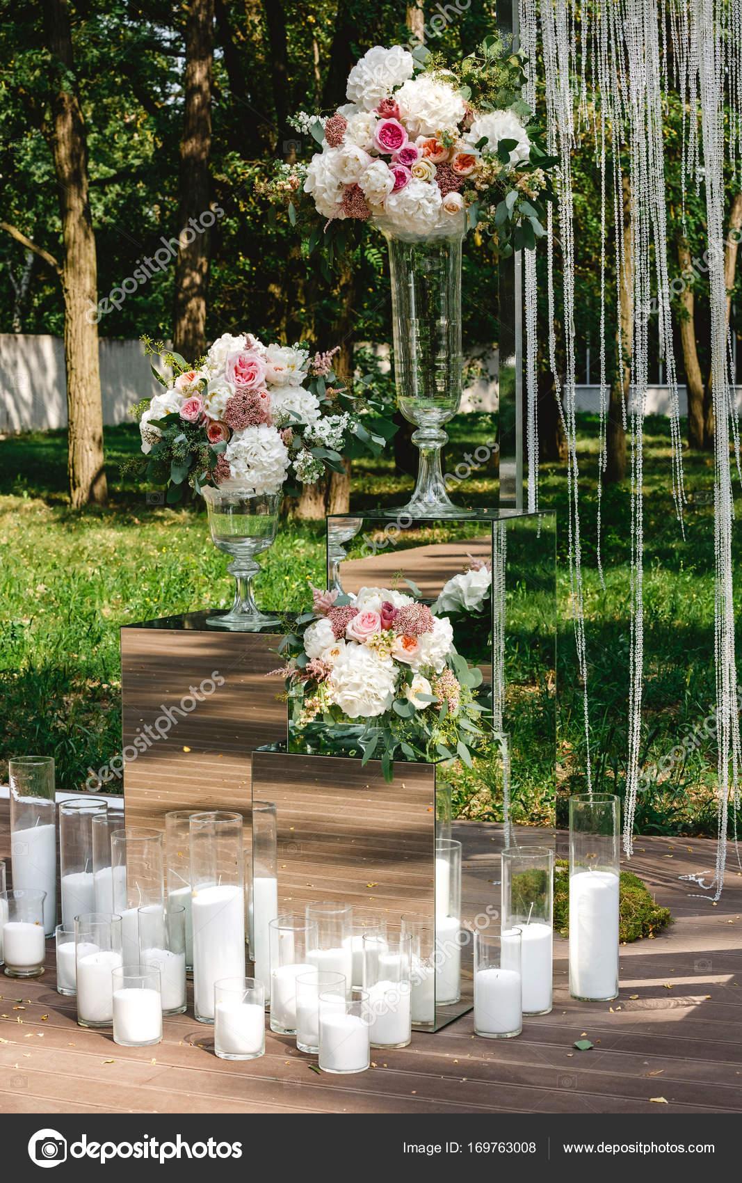 Hochzeit Dekoration Blumen Kristall Bogen Kerzen Stockfoto